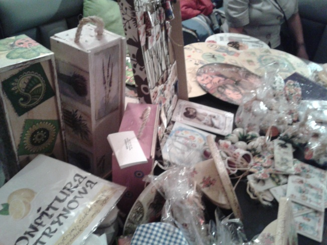 komplet kolczyki i bransoletka, biżuteria drewniana, kwiaty, decoupage, decoupage warszawa, rękodzieło, biżuteria ręcznie robiona, kolczyki, bransoletka drewniana, biżuteria malowana, folklor, motyw kurpiowski, motyw ludowy, biżuteria ludowa, drewno, renowacja, postarzanie, skrzynia, kufer, walizki, walizka, stare walizki, pudełko, pudełko drewniane, zegar, zegary, zegar na winylu, winyl, folk, recykling, recycling, puszki, puszka, pojemnik , prezent, prezenty